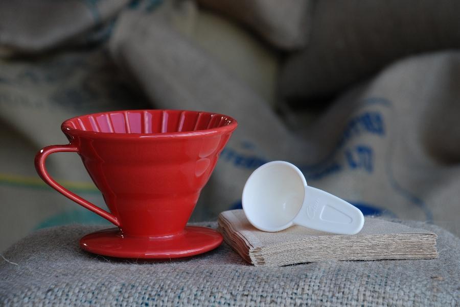 красная воронка для приготовления дрип-кофе